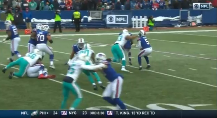 Did Dolphins Ndamukong Suh Accidentally Punch Bills QB Tyrod Taylor?