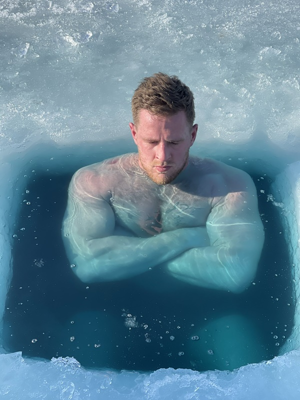 JJ Watt is FROZEN in Outdoor Ice Bath with Brothers